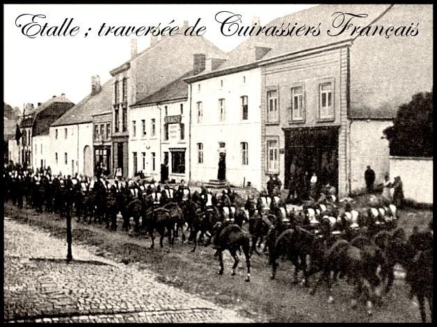 site cuirassiers  français traversant Etalle en août 1914