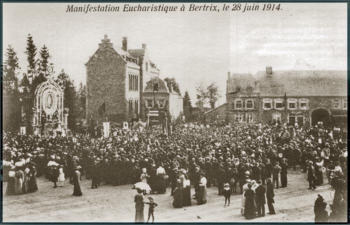 site so 28 juin 1914 Foule sur la Place inconsciente du conflit