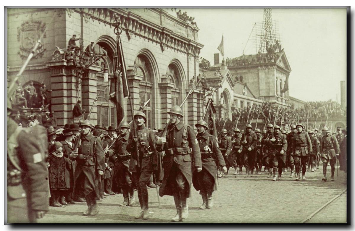 site so be Défilé des soldats devant la Gare 1914-18